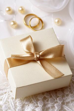 Что подарить молодоженам?